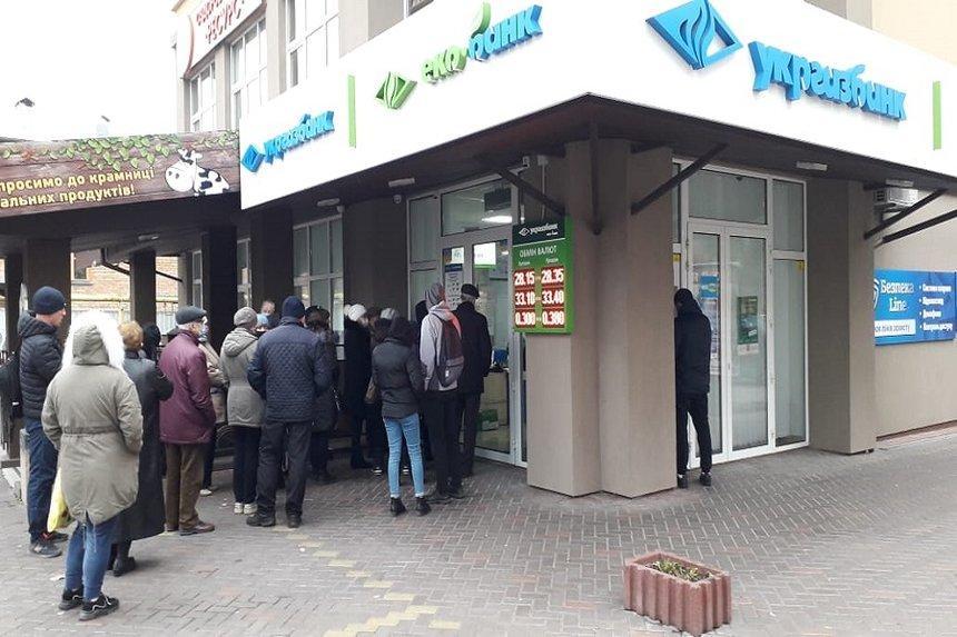 В Виннице люди стоят в очереди, чтобы получить зарплату за работу на выборах